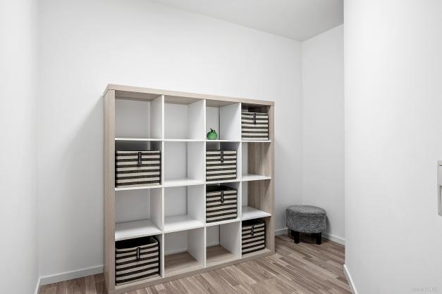 Extra förråd alternativt hobbyrum precis utanför ytterdörren som tillhör lägenheten.