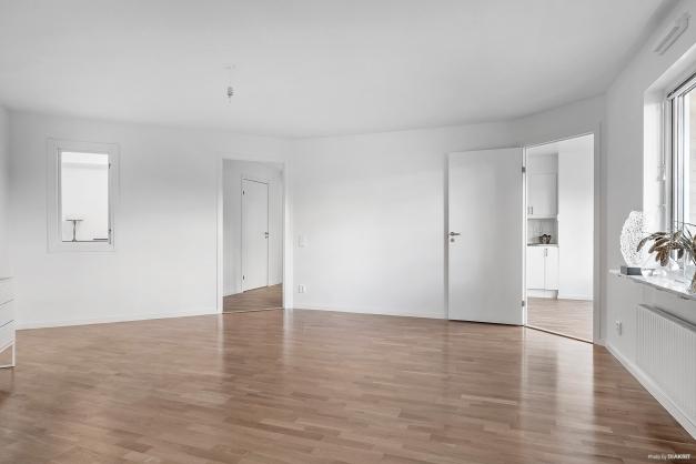 Stort vardagsrum med sköna vinklar som även ger härlig rundgång mellan kök och hall.
