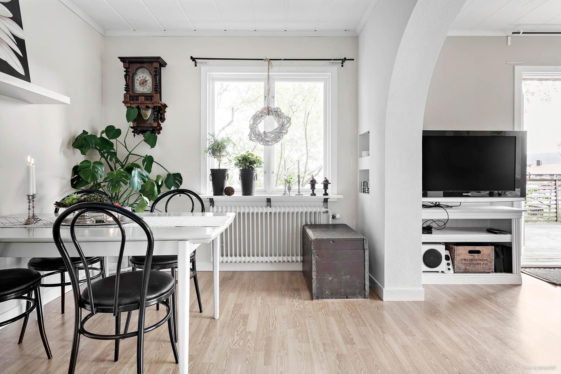 Matrum i anslutning till kök och vardagsrum