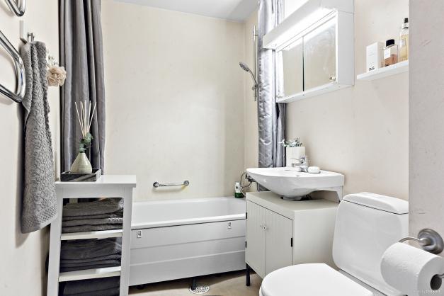 Badrum som bland annat erbjuder fullstort badkar och handdukstork
