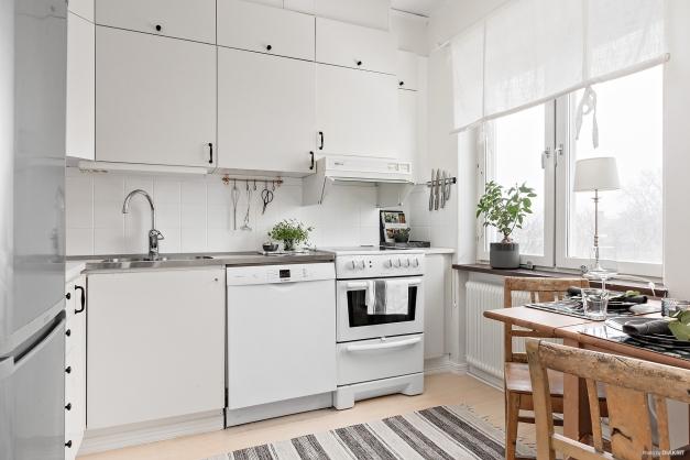Fullutrustat kök med plats för mindre matgrupp