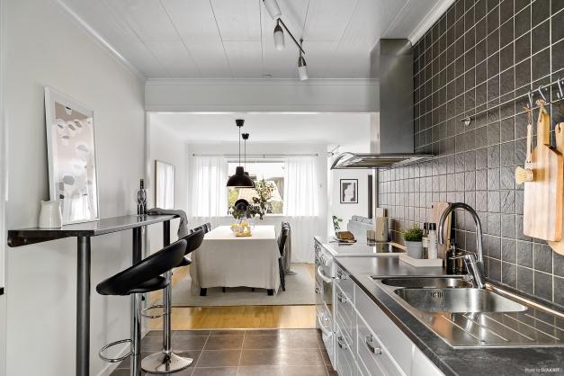 Modernt kök med gott om förvaring och arbetsbänkar