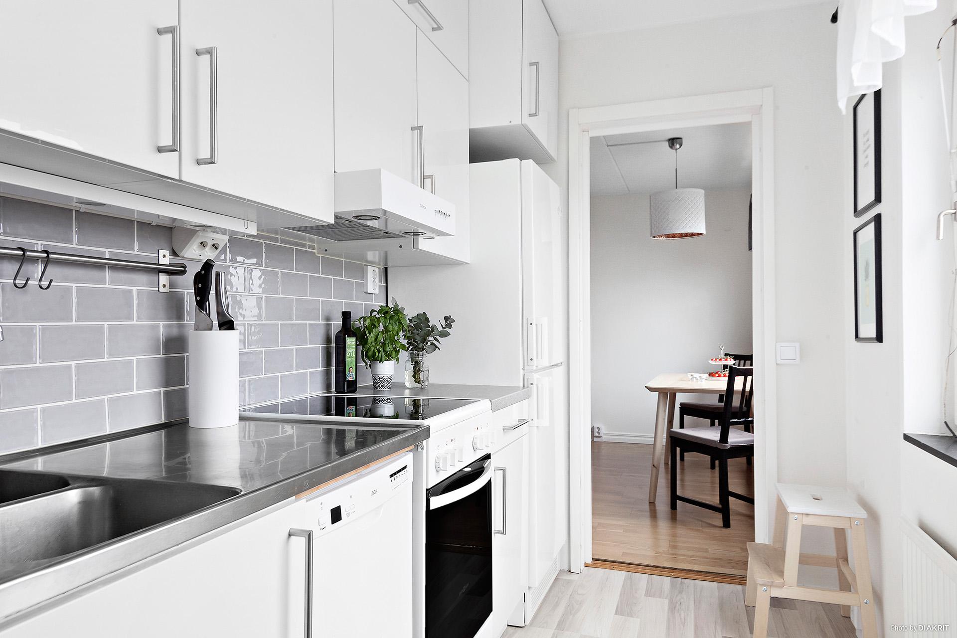 Renoverat kök med högglansluckor