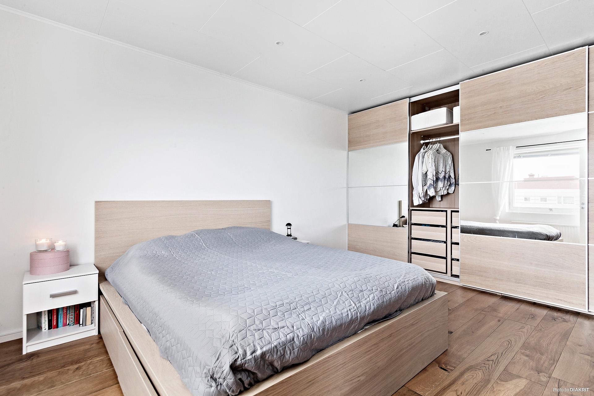 Sovrum med påkostade skjutdörrsgarderober