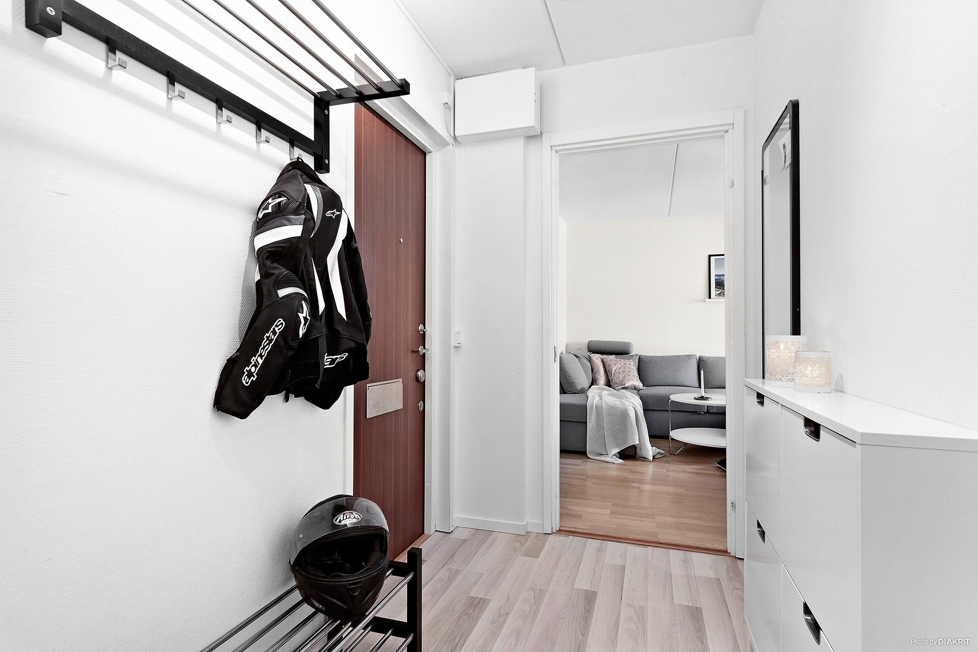 Bra hall med avhängning och garderobsskåp