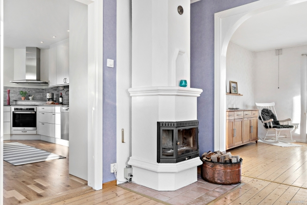 Kamin som är placerad centralt i huset skapar mys och värme.
