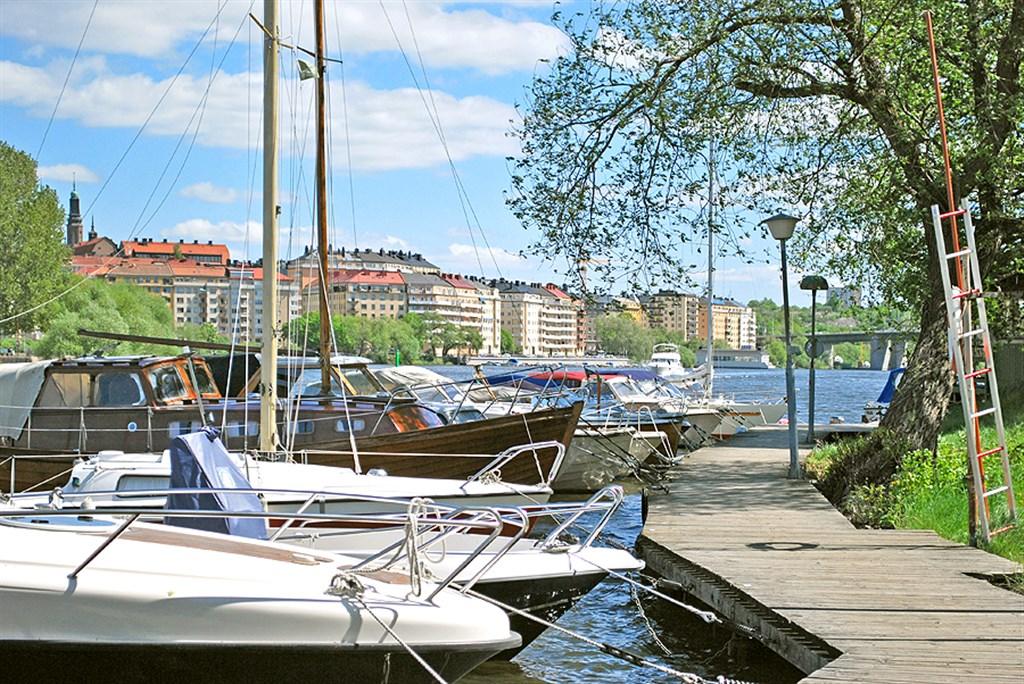 Båtplatser och fina promenadstråk utmed Mälaren.