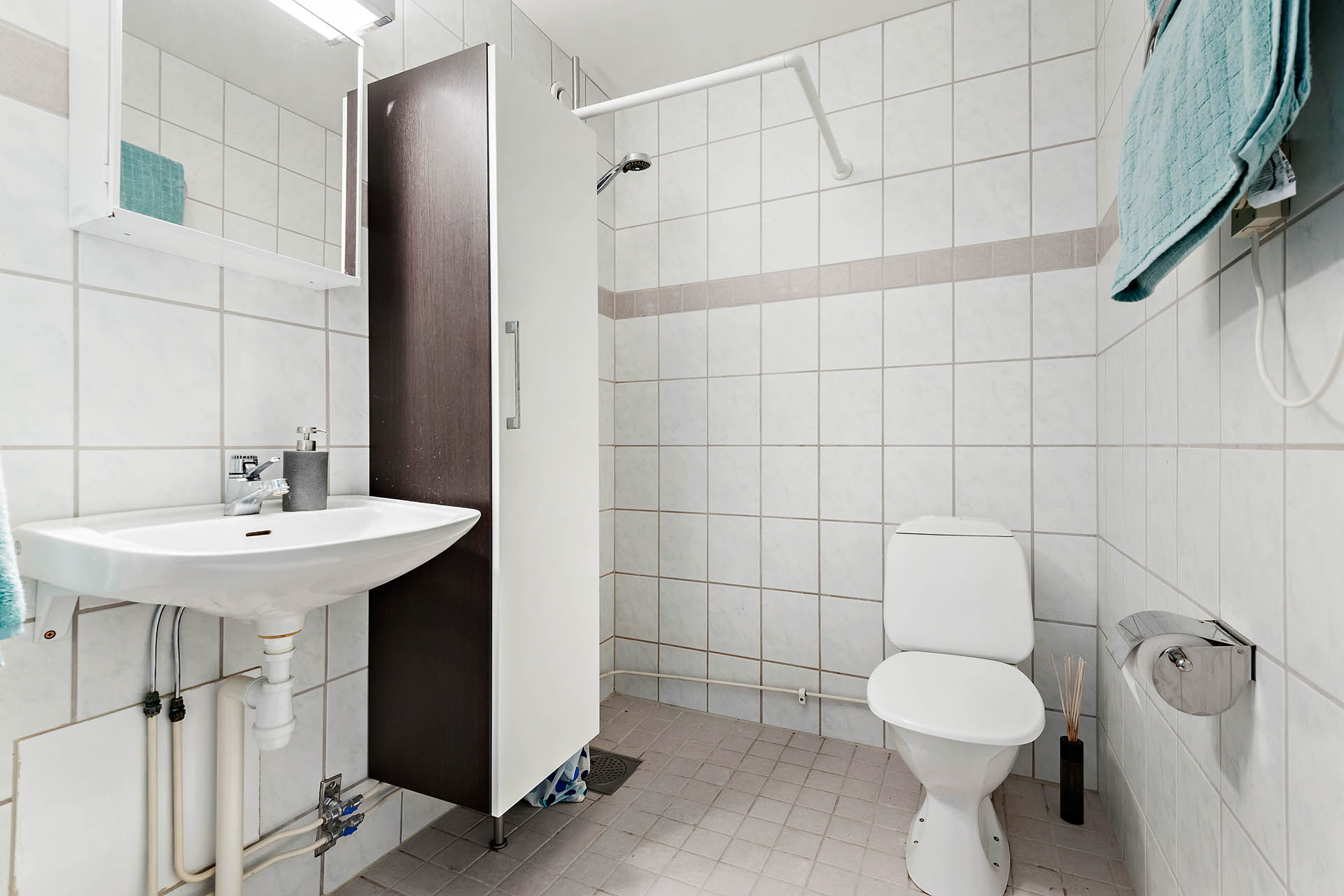 Helkaklat badrum i ljusa färger.