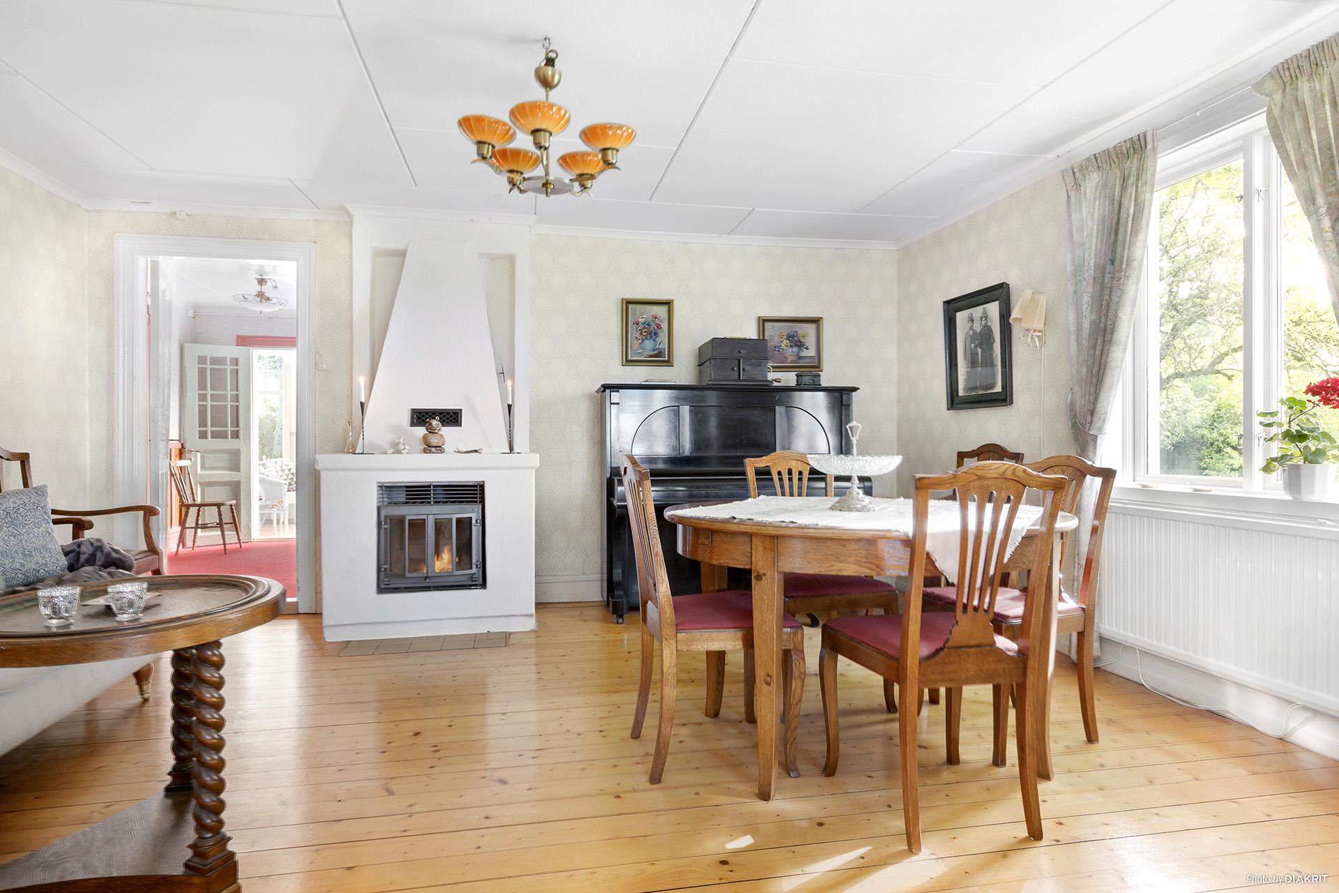 Vardagsrum med brädgolv och insatskamin