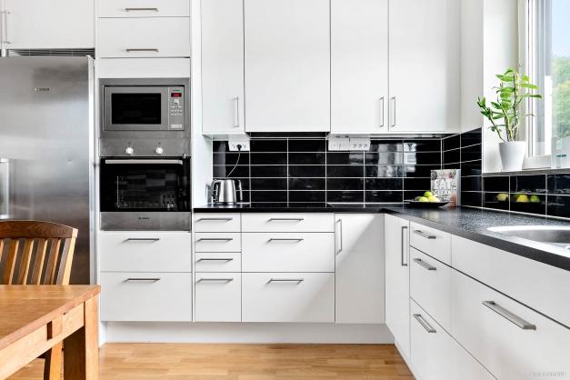 Kök i moderna färger med rosfria vitvaror och integrerad diskmaskin.