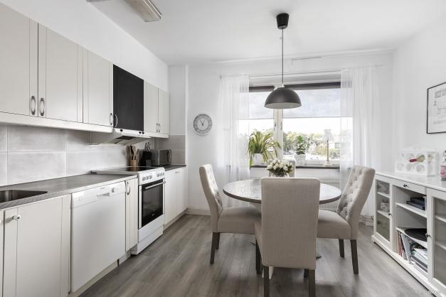 Kök med gott om plats för matbord och extra förvaringsyta