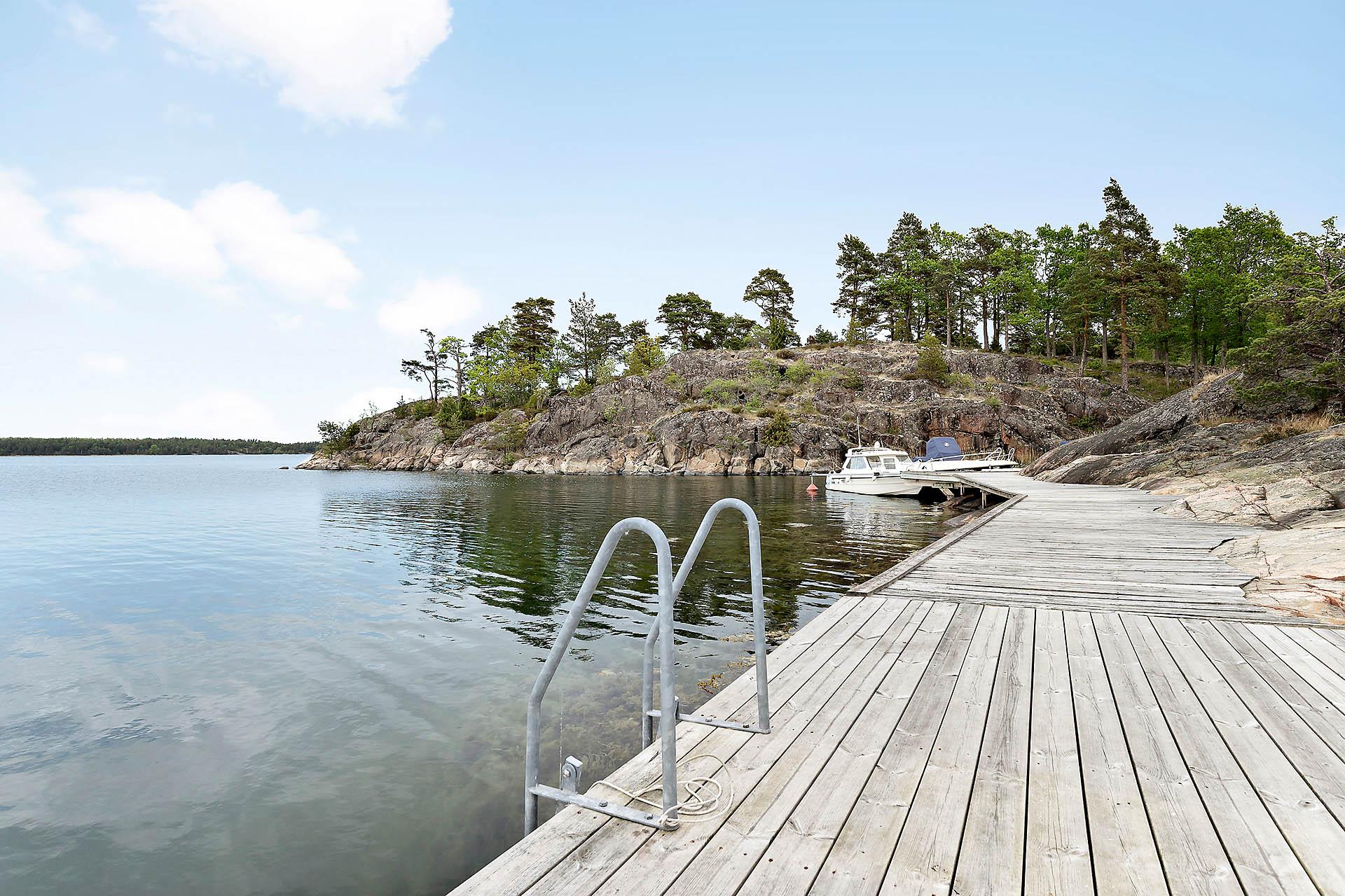 Stenkast till brygga med bad samt båtplats