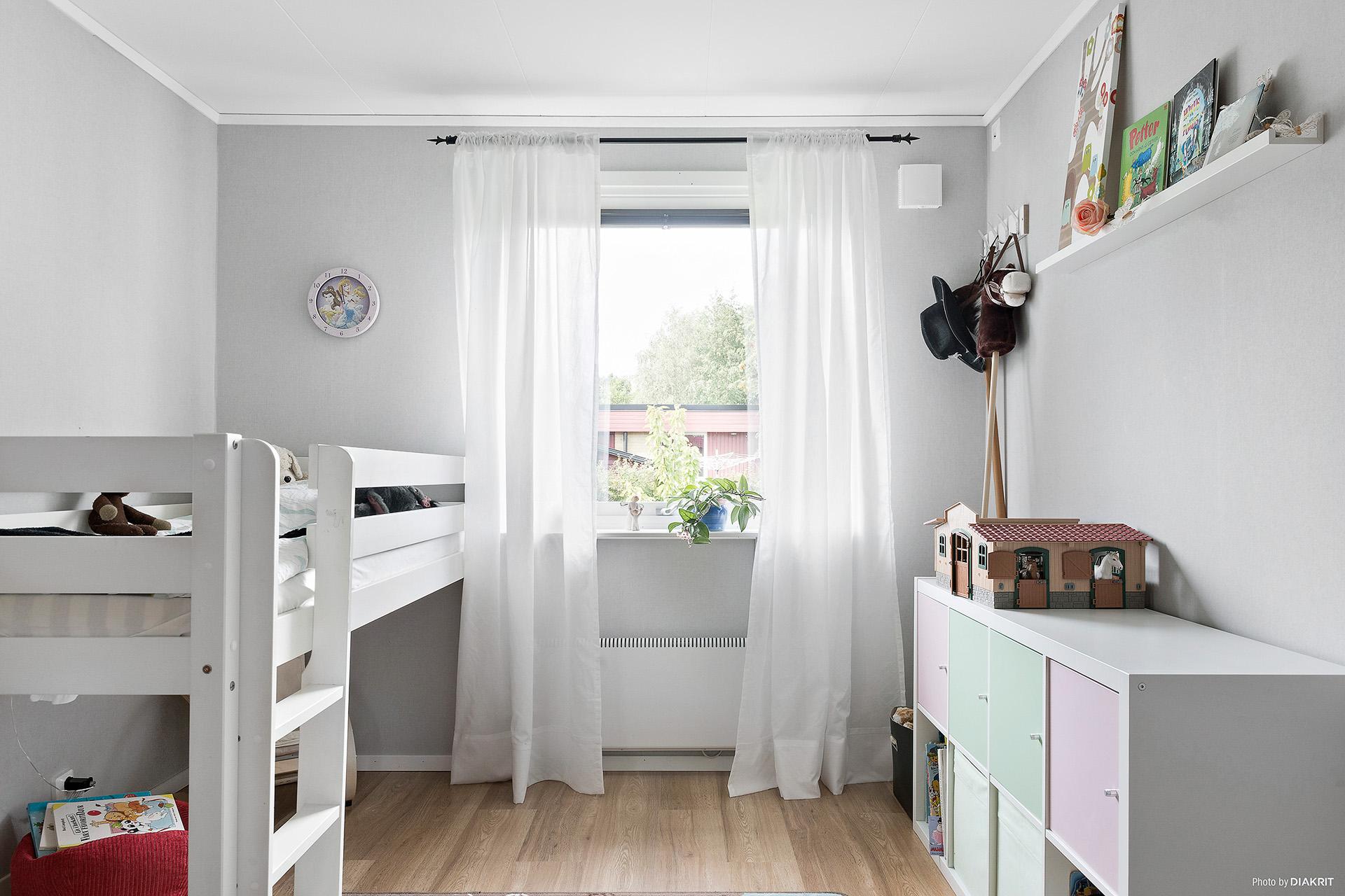 Sovrum 2 med ljusa färger och material