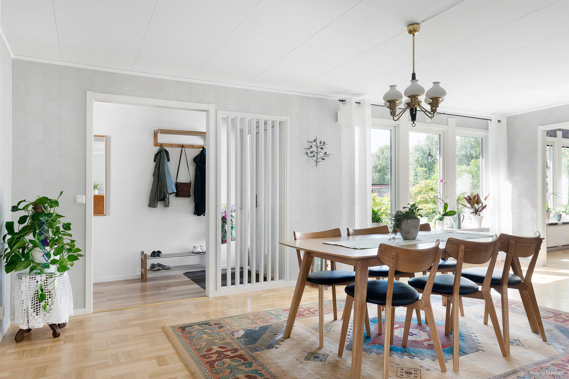 Vardagsrum med ljus och rymd. Moderna färger och material.