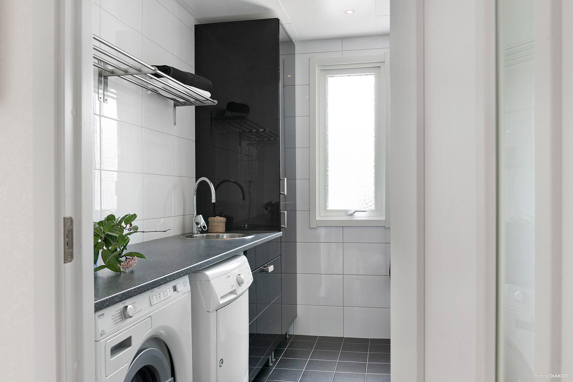 Helkaklat och modernt badrum med tvättstuga integrerat