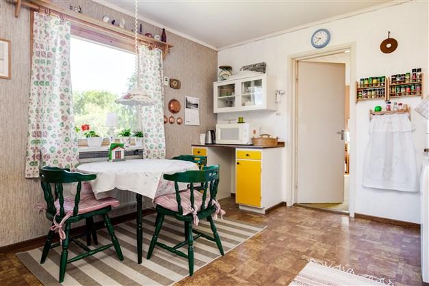 Innanför köket finns ett sovrum som kan användas som matrum för den som önskar.