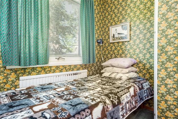 Sovrum 1 med 2 garderober och 2 linneskåp.