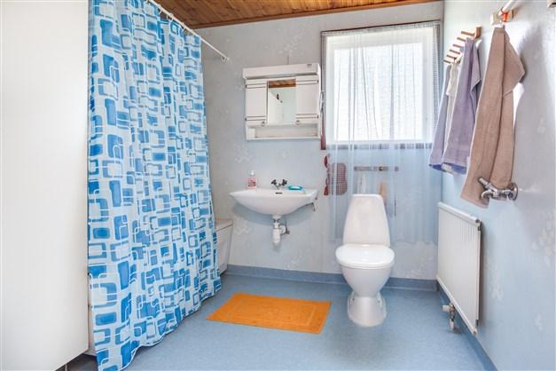 Stort badrum på bottenvåningen med 2 linneskåp.