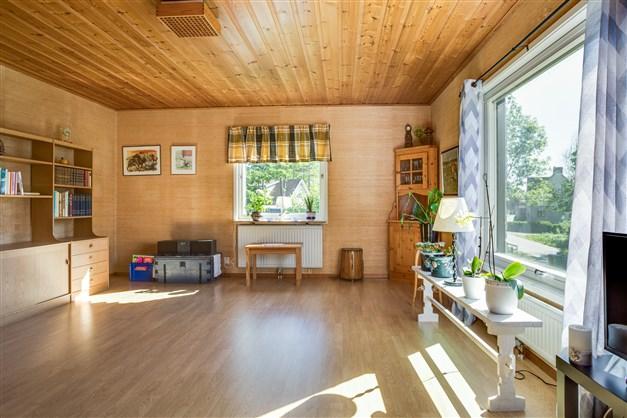 Vardagsrum med stort fönsterparti som ger fint ljus.
