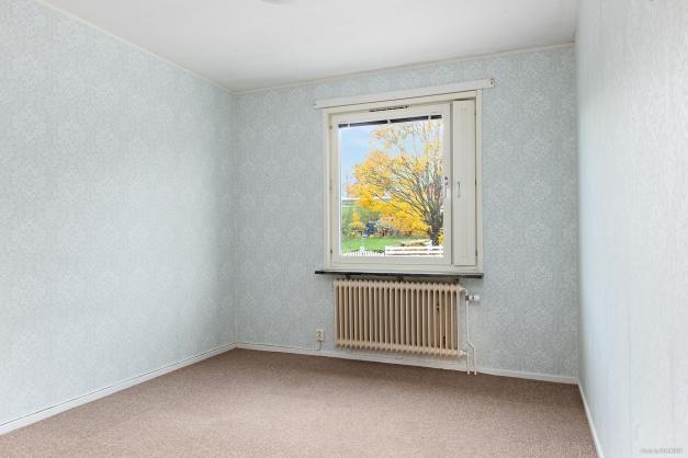 Stort sovrum med plats för dubbelsäng, sängbord och byrå om önskemål finns