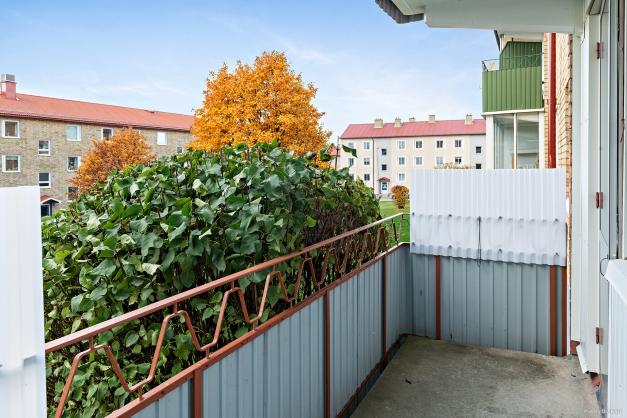 Rymlig balkong i bästa söderläge med utsikt över innergården.