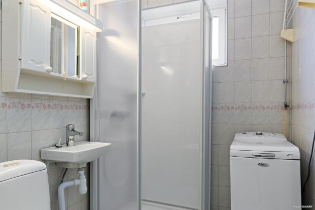 Duschrum med klinkergolv med värmeslingor (el) och kakelbeklädda väggar