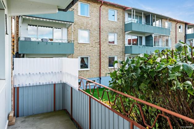 Rymlig balkong i bästa söderläge med utsikt över innergården