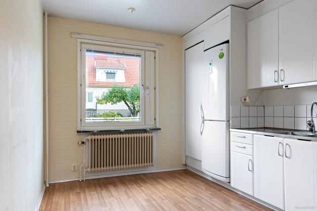 Kök med plats för litet matbord framför fönstret