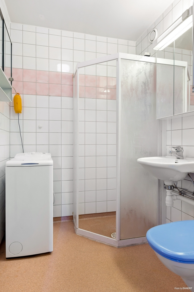 Badrum med dusch & tvättmaskin