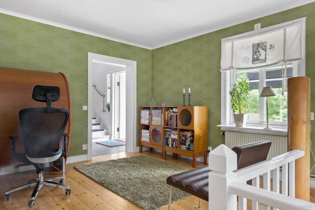 Allrum/kontor med trappa ned till källarvåningen