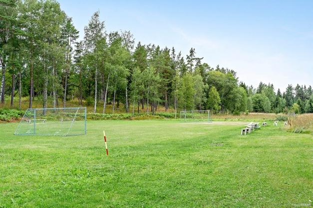 Fotbollsplan och bouleplan i området