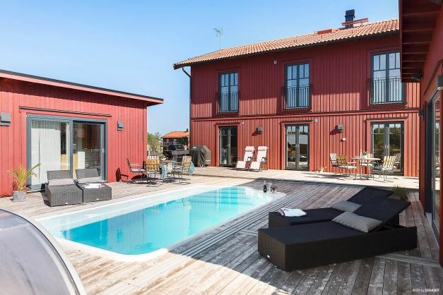 Boningshuset är en stilfull 2-plansvilla med dubbla flygelbyggnader (uterum, resp- bastu- och spaavdelning) och poolområde.