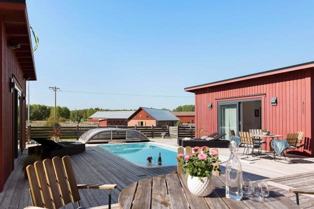 Poolområdet med dubbla flygar, med bl a dusch-, bastu- och relax.