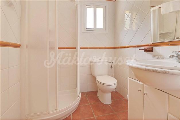 Badrum 1. Badrum med dusch som ligger intill sovrum 1.