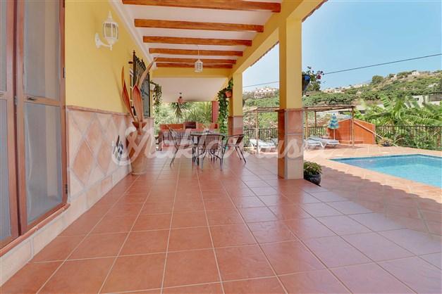 Stor terrass framför huset, intill finns en terrass till med utekök, barbeque och matplats.