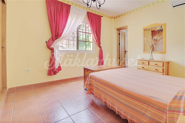 Sovrum 1. Stort dubbelrum med inbyggda garderober och badrum en-suite.