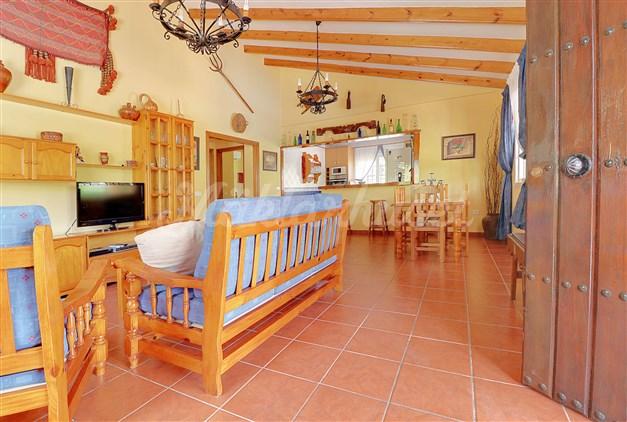 Välkommen in! Vardagsrum och kök i öppen planlösning