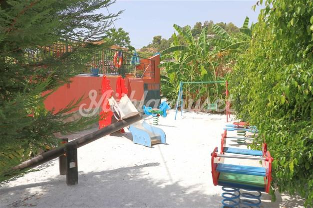 Välutrustad lekpark för barnen finns i trädgården