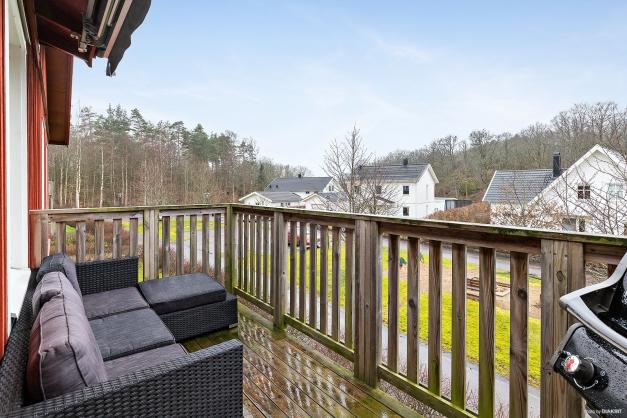 Rymlig balkong med markis. Här har du fri sikt och möjlighet att grilla!