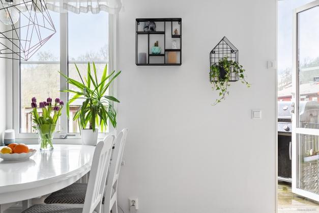 Från köket och vardagsrummet har du utgång till balkongen.