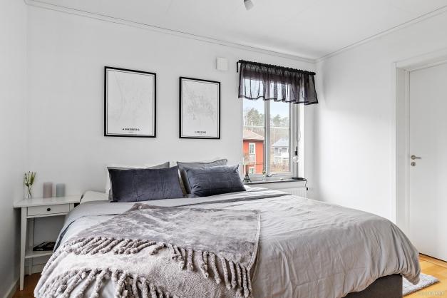 Mysigt sovrum med plats för stor säng. Här har man även en stor klädkammare som ger god förvaring.