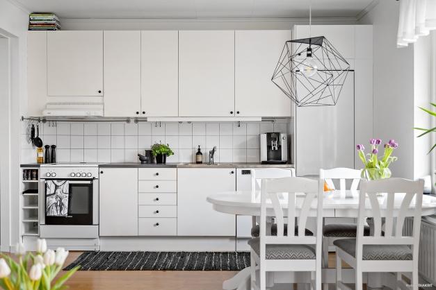 Välplanerat och modernt kök med trevlig matplats framför fönsterpartiet!