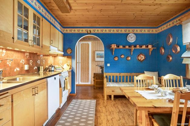 Ett rymligt kök till vänster om entréhallen