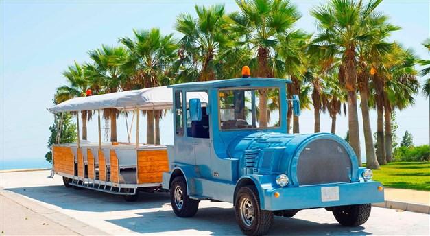 Tåg som tar dig mellan strand, restauranger, gym etc