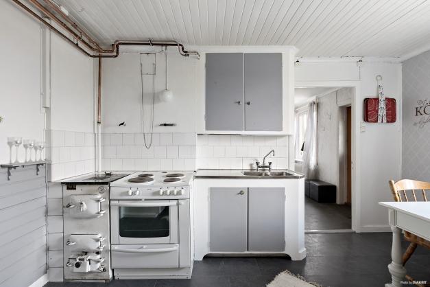 Kökspanna och diskbänk i kök