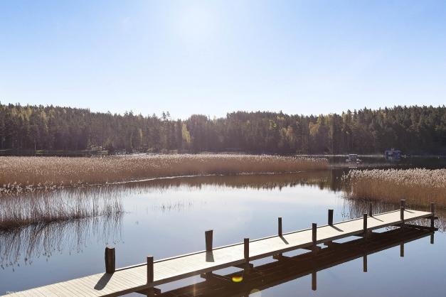 Båt- resp badbrygga finns nedanför tomterna