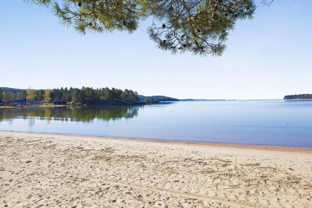 Långgrund sandstrand finns i området