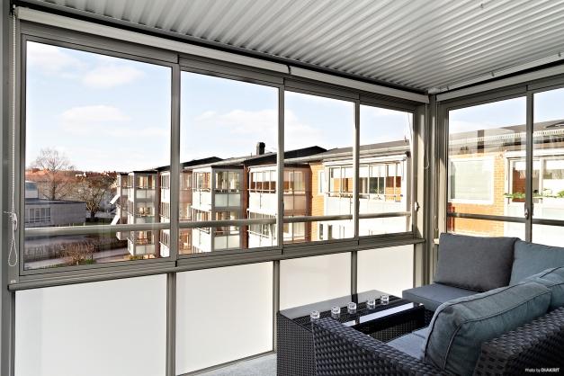 Inglasad balkong mot innergården