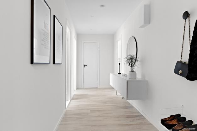 Entré/hall med ingång till WC/dusch i bakgrunden