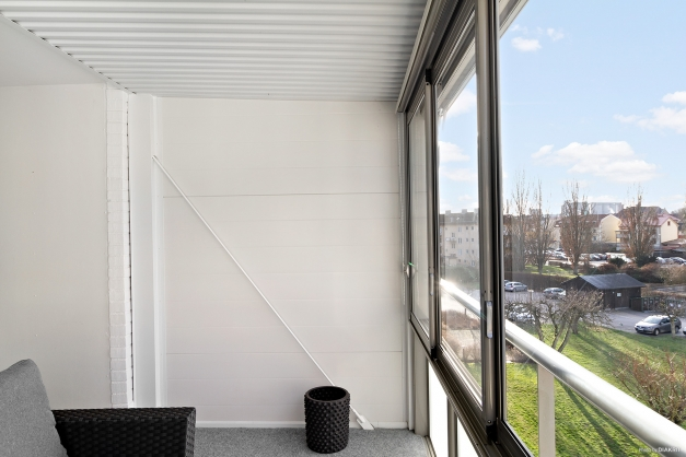 Utsikt från inglasad balkong mot innergården